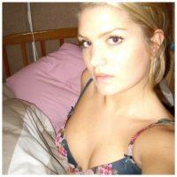 Belle femme blonde qui aime le sexe
